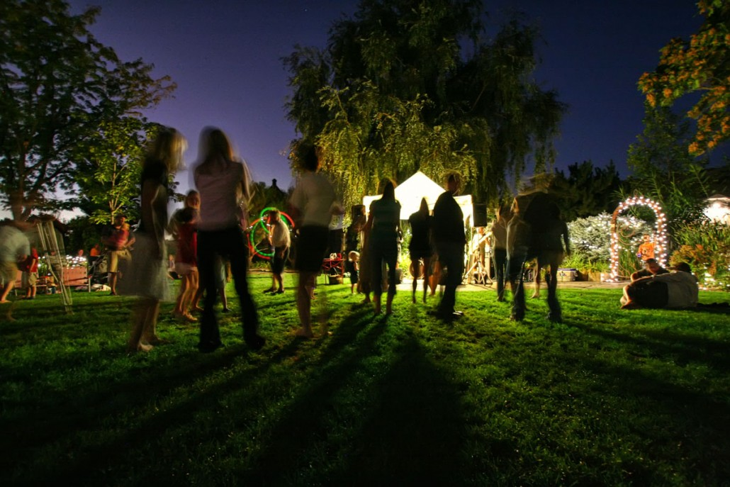 Outdoor entertaining with easigrass on the floor